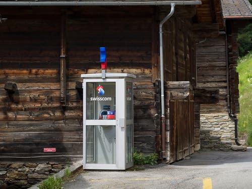 Prägten das Ortsbild: Telefonkabine in Binn VS. (Bild: KEYSTONE/GAETAN BALLY)