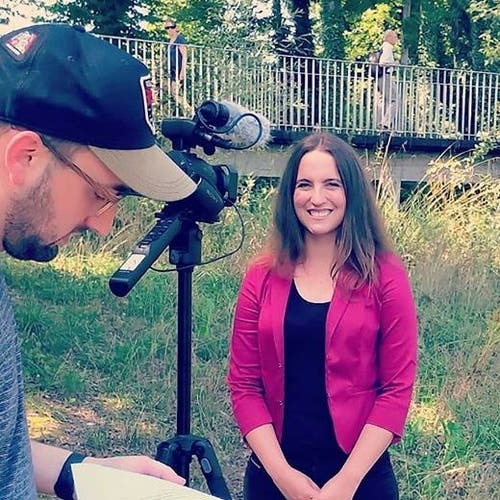 Nina Schläfli «no bitzli agspannt» beim Dreh der Wahlclips im Frauenfelder Murg-Auenpark - #spwählen. Bild: Instagram / Nina Schläfli