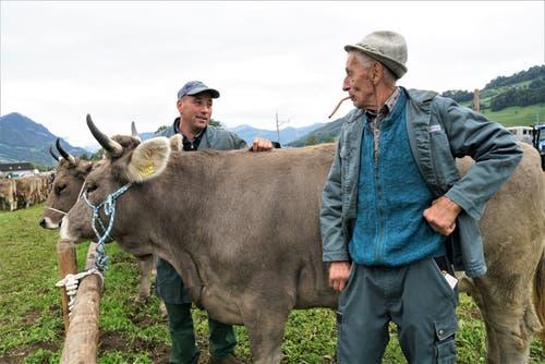 Walter Bucher vom Schild in St. Niklausen plädiert für Kühe mit Hörnern. Nur so ist unsere «Olma» wirklich schön sagt er zu seinem Sohn Roland. (Bild: Romano Cuonz, Sarnen, 4. Oktober 2019)