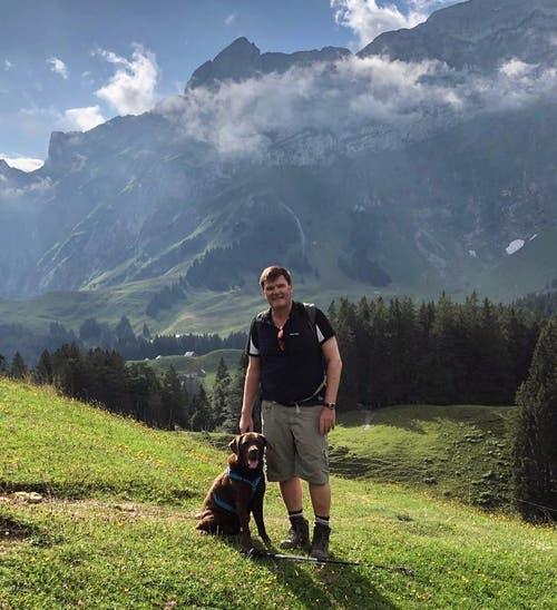 Hansjörg Brunner (FDP) posiert mit seinem Hund Faro bei einer Wanderung auf der #Schwägalp. Bild: Instagram / Hansjörg Brunner