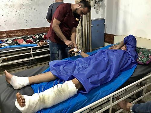 Ein Verletzter wird in einem Spital in Bagdad behandelt. Die Sicherheitskräfte gingen mit Schüssen gegen die Demonstranten vor. (Bild: KEYSTONE/AP/ALI ABDUL HASSAN)