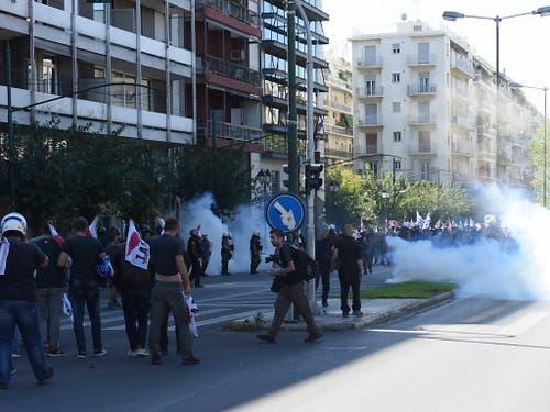 Die Polizei setzte gegen die Demonstranten Tränengas ein. (Bild: KEYSTONE/EPA ANA-MPA/MANOLIS PAKIAS)
