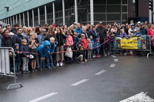 Warten auf die Eröffnung. (Bild: Eveline Beerkircher, Luzern, 5. Oktober 2019)