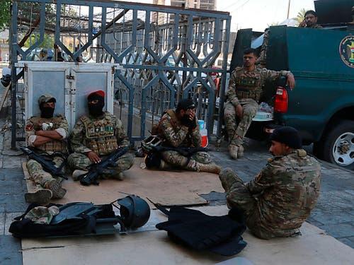 Bereitschaftspolizei nahe dem Tahrir-Platz in Bagdad, wo sich am Samstag erneut Demonstranten versammelten. Die Ausgangssperre war in der Hauptstadt aufgehoben worden. (Bild: KEYSTONE/AP/HADI MIZBAN)