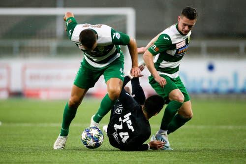 Petar Misic (am Boden, Aarau) gegen Albin Sadrijaj und Dario Ulrich (Kriens). (Bild: Marc Schumacher/freshfocus)