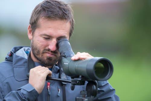 Christian Schano von der Vogelwarte Sempach auf der Suche nach Zugvögeln. (Bild: Dominik Wunderli, Kriens, 5. Oktober 2019)