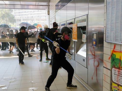 In Hongkong wurde am Sonntag der U-Bahn-Verkehr wieder langsam aufgenommen, nachdem es bei Protesten zu Sachbeschädigungen gekommen und der MTR-Betrieb komplett eingestellt worden war. (Bild: KEYSTONE/AP/KIN CHEUNG)