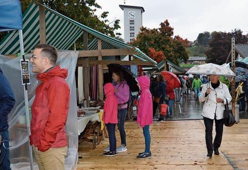 Trotz Regen kamen Besucher an den Herbstmarkt, allerdings waren es weniger als im Vorjahr, als nur die Sonne schien. Bild: Zita Meienhofer