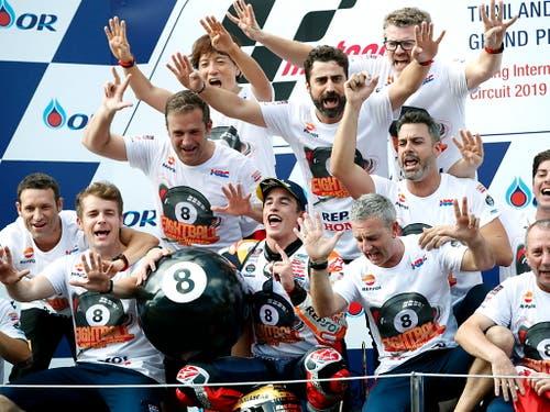Marc Marquez feiert mit seinem ganzen Team den 79. GP-Sieg und den 8. WM-Titel (Bild: KEYSTONE/EPA/RUNGROJ YONGRIT)