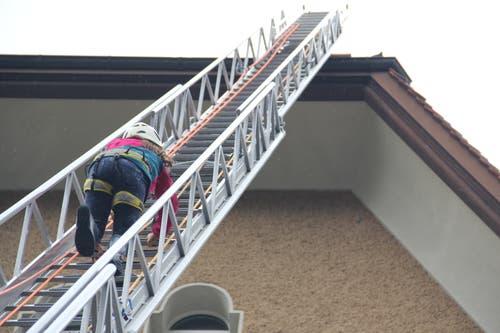 Eine besondere Mutprobe war für die Kinder, die gut gesichert waren, das Besteigen der über 20 Meter hohen Anhängeleiter bis auf das Schulhausdach.