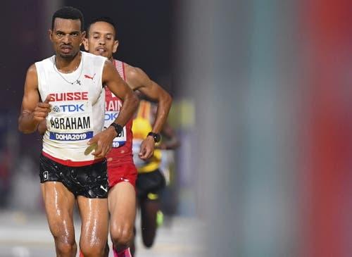 Tadesse Abraham trotzt den extremen Bedingungen und läuft im Nacht-Marathon auf den 9. Platz. (Bild: Keystone)