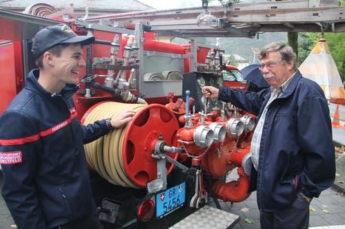 Der frühere langjährige Fahrzeugchef erklärt Feuerwehrmann Daniel Walker das alte Tanklöschfahrzeug. (Bild: Paul Gwerder, Erstfeld, 5. Oktober 2019)
