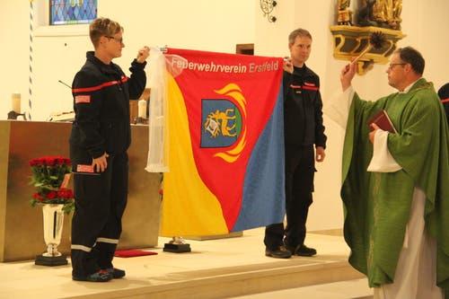 Die neue Vereinsfahne wurde unter den Augen von Gotte Priska Baumann und Götti Thomas Wipfli von Pfarrer Viktor Hürlimann eingesegnet. (Bild: Paul Gwerder, Erstfeld, 5. Oktober 2019)