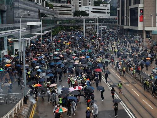 Zehntausende Menschen gingen auch am Sonntag in Hongkong auf die Strasse. (Bild: KEYSTONE/AP/VINCENT THIAN)