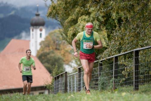 Jonas Lisibach aus Malters (links) und ein weiterer Läufer auf dem Weg Richtung Ziel. (Bild: Pius Amrein, 6. Oktober 2019)