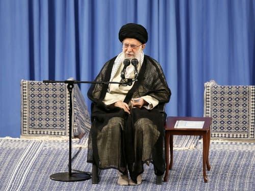 Feinde wollten Zwietracht säen, doch sie seien gescheitert und ihre Strategie werde unwirksam bleiben, schrieb Chamenei am Montag im Kurzbotschaftendienst Twitter. Er nahm Bezug auf die Spannungen im Irak. (Bild: KEYSTONE/EPA SUPREME LEADER OFFICE/SUPREME LEADER OFFICE / HANDO)