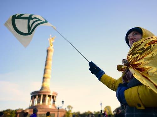 Proteste bei der Berliner Siegessäule: Rund tausend Klimaaktivisten blockierten den Verkehr. (Bild: KEYSTONE/EPA/CLEMENS BILAN)