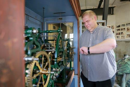 Der Projektleiter Christian Thesen ist von der Uhr fasziniert. (Bild: Raphael Rohner)