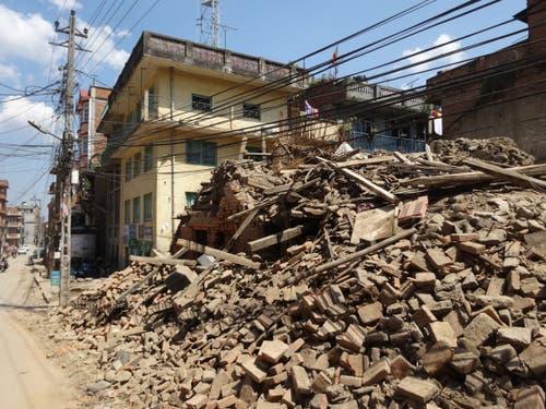 Nach dem Beben 2015 ist die Stadt Kathmandu ein einziges Trümmerfeld. Es wird noch Jahre dauern bis der ehemalige Zustand wiederhergestellt ist. (Bild: Walter Odermatt)