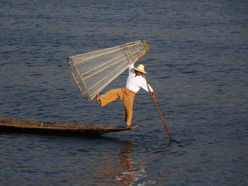 Mit Holzboot und Reuse auf Fischfang: Fischer auf dem Inle See in Myanmar. (Bild: Walter Odermatt)