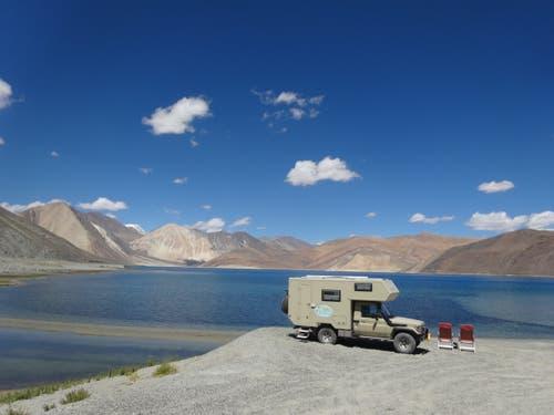 Leh, im nördlichen Indien: Hier am Pangong Lake auf 4300 Meter blieben wir ein paar Tage. Einfach traumhaft. (Bild: Walter Odermatt)
