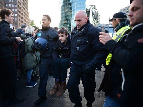 Die Polizei führt «Rebels» von Extinction Rebellion vom Potsdamer Platz in Berlin ab. (Bild: KEYSTONE/EPA/CLEMENS BILAN)
