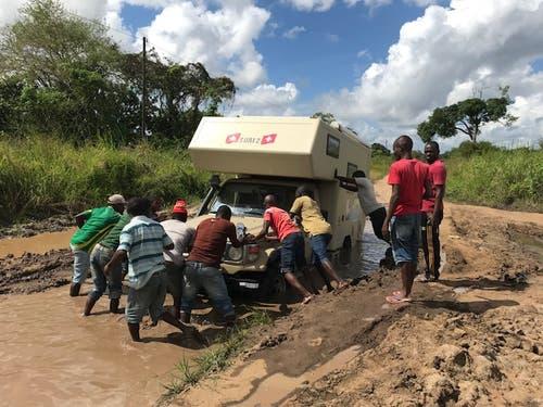 Grenzübergang Mozambique / Tansania: Zweimal haben wir uns festgefahren und nur dank der Hilfe von «Dollarhungrigen Jungs» sind wir wieder freigekommen. (Bild: Walter Odermatt)