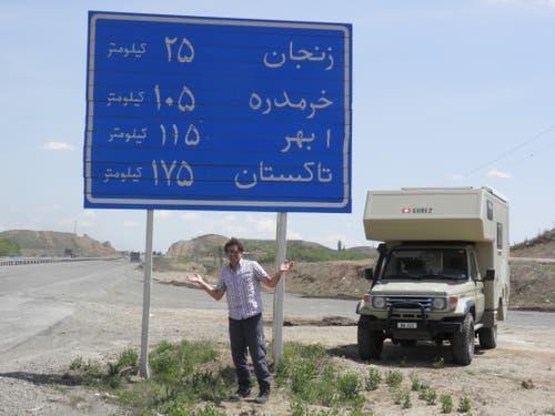 Zum Glück gibt es im Iran Schilder zur Orientierung. (Bild: Walter Odermatt)