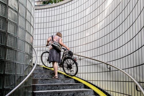 Rauf oder runter zu der Einstellhalle geht es via diese gelbe Rollspur. (Bild: Nadia Schärli, 1. Juli 2019)