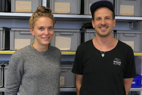Jasmin Budmiger (links) und Samuel Friedrich, die beiden Kursleiter im Tüftelcamp Alpnach. (Bild: David von Moos, Alpnach Dorf, 9. Oktober 2019)