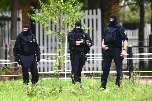 Auch in Wiedersdorf stehen die Polizisten bereit. EPA/CLEMENS BILAN