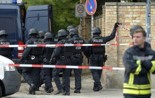 Polizisten vor dem jüdischen Friedhof in Halle (AP Photo Jens Meyer)