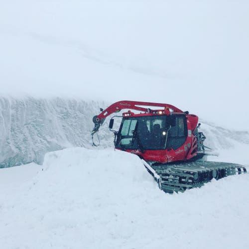 Das Pistenfahrzeug räumt auch bei schlechtem Wetter den Schnee aus dem Weg. (Bild: PD)