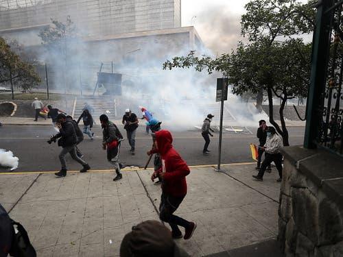 Die Sicherheitskräfte setzten am Dienstag erneut Tränengas ein, um einen Sturm auf das Parlament in Ecuador zu verhindern. (Bild: KEYSTONE/EPA EFE/JOSE JACOME)