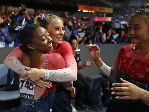 Mit ihren Teamkolleginnen gewann Simone Biles am Dienstag überlegen den WM-Titel im Team-Wettkampf (Bild: KEYSTONE/AP/MATTHIAS SCHRADER)