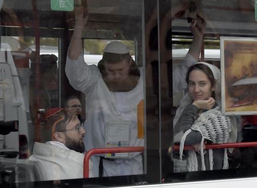 Besucher einer Synagoge in Halle. (Bild: AP Photo Jens Meyer)