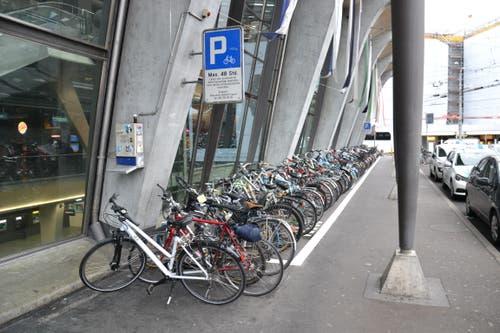 Die Velos werden am Bahnhof oft ausserhalb der Markierung abgestellt. (Bild: Janick Wetterwald, 8. Oktober 2019)