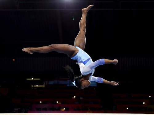 Simone Biles turnt in einer eigenen Sphäre (Bild: KEYSTONE/AP/MATTHIAS SCHRADER)
