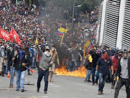 In der ecuadorianischen Hauptstadt Quito sind am Dienstag erneut zahlreiche Menschen auf die Strasse gegangen, um gegen die Politik der Regierung zu protestieren. (Bild: KEYSTONE/AP/FERNANDO VERGARA)