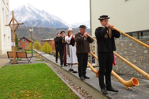 Die Alphorngruppe spielt vor der Schneekulisse des Stanserhorns.