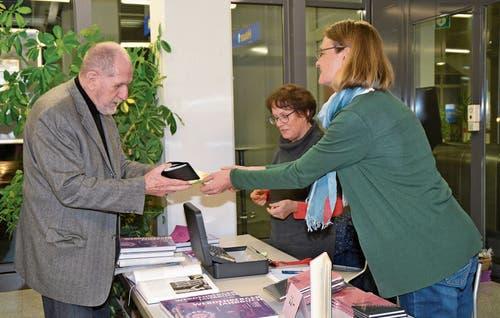 Jörg Stäheli, Autor des Beitrags «Ankunft des letzten Kaisers von Österreich in Buchs» deckt sich am Büchertisch ein.Bilder: Adi Lippuner