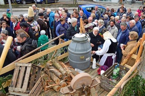 Volksapero beim Pfarreiheim nach dem Gottesdienst.