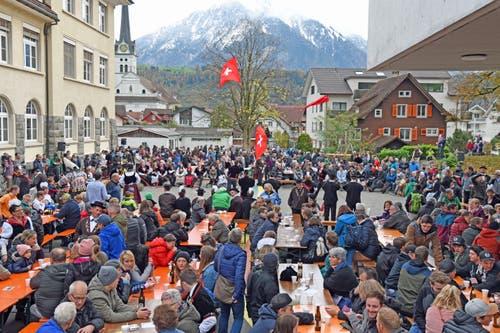 Grossaufmarsch des Publikums auf dem Schulhausplatz, wo es auch Darbietungen der Fahnenschwinger, Jodler, Alphornbläser, der Trachtengruppe und des Jodlerklubs Schlierental sowie der Blaskapelle gab.