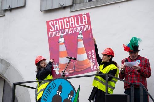 Das Fasnachtsplakat 2020 mit beiden Gestalterinnen Sina Mazziotta (links) und Janina Ebnöther-Schmuck. Rechts Fasnachtspräsident Bruno Bischof. (Bild: Ralph Ribi - 11. November 2019)