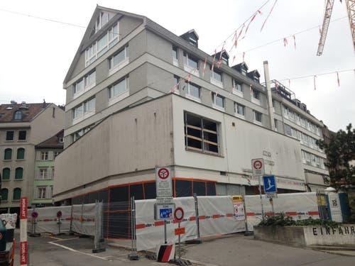 Die Rückseite des Gebäudes am Anfang der Umbauarbeiten. Hier, neben der Einfahrt zur Parkgarage Burggraben, befanden sich einst Terrasse und Eingang zur Pizzeria Boccalino. (Bild: Reto Voneschen - 3. November 2018)