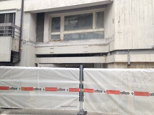 Der ehemalige Eingang zum Kino ist hinter Bauzäunen verschwunden. (3. November 2018)