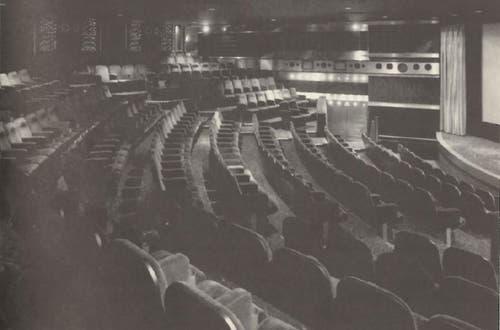 Das waren noch Zeiten: Das Kino Corso 1992. Ungewöhnlich war die Anordnung der Sitze im Halbkreis vor der Leinwand. Alle anderen St.Galler Kinos jener Jahre gingen nicht «in die Breite», sondern verfügten über einen rechteckigen Zuschauerraum. (Bild: Sammlung Reto Voneschen)