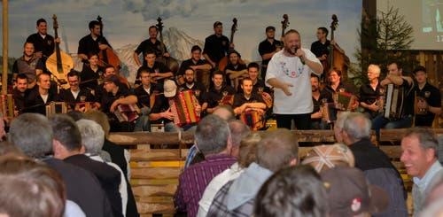 Moderator Frowin Neff stellt den Volksmusikverein Ennetmoos vor, der sein 20-jähriges Bestehen feierte. (Bild: Richard Greuter, Ennetmoos, 2. November 2019)