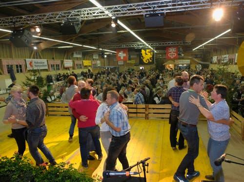 Zahlreiche Volksmusikfreunde nutzten die Gelegenheit, um das Tanzbein zu schwingen. (Bild: Richard Greuter, Ennetmoos, 2. November 2019)