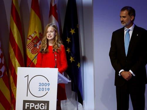 Prinzessin Leonor nahm in Barcelona mit ihrem Vater König Felipe VI. an der Verleihung des Prinzessin-von-Girona-Preises teil. (Bild: KEYSTONE/EPA EFE/QUIQUE GARCIA)